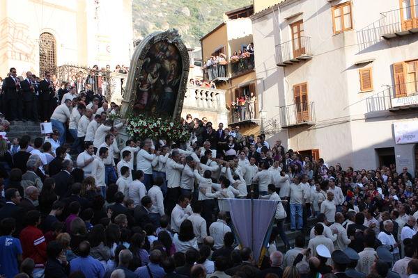 Inizia la solenne processione